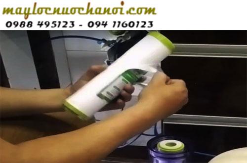 Kiểm tra lõi lọc nước bị tắc